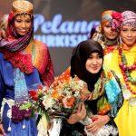 Wanita Cantik Ini Membuktikan Hijab Bisa Mengantarkannya Keliling Dunia